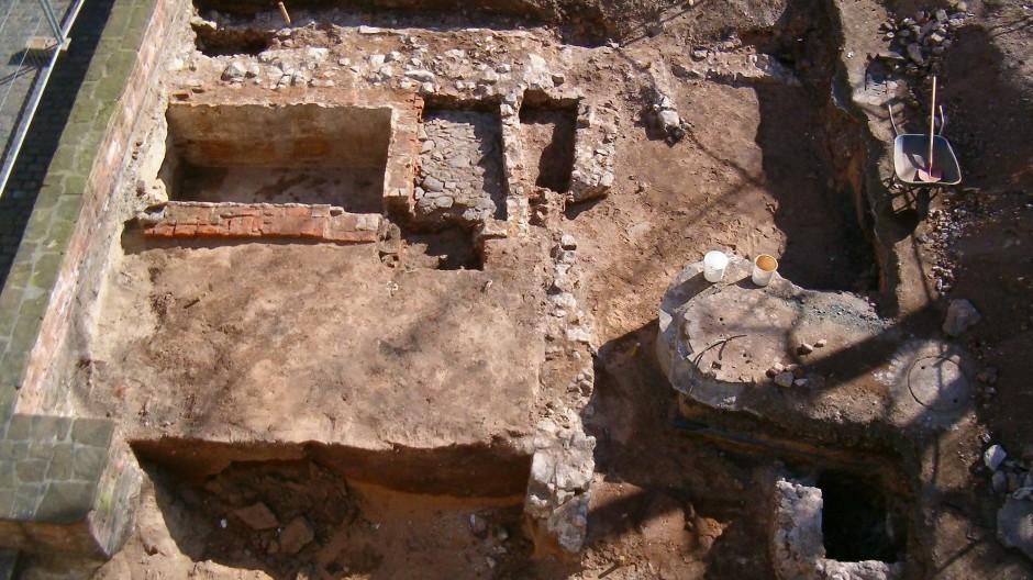 Inzwischen wieder zugeschüttet: Der Geschichtsverein hat bei Ausgrabungen hinter dem Goldschmiedehaus in Hanau einiges entdeckt.