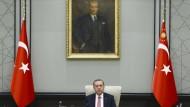 Unter den Augen des laizistischen Staatsgründers Atatürk: Der türkische Präsident Erdogan.