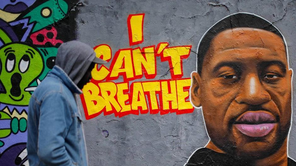 In vielen Städten der Vereinigten Staaten erinnern Graffiti an den von einem Polizisten getöteten George Floyd.