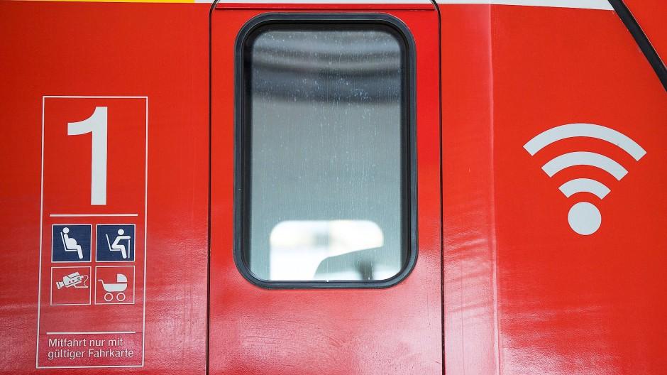 Zugänglich: Viele S-Bahn-Kunden suchen gezielt Wagen mit W-Lan-Symbol.