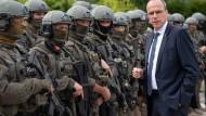 Der hessische Innenminister Peter Beuth CDU) spricht im September 2017 mit Beamten des Spezialeinsatzkommandos (SEK) der Polizei Frankfurt. Das Kommando wurde inzwischen aufgelöst.