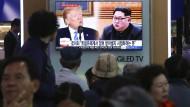 Menschen in Seoul verfolgen Berichte über das Treffen von Amerikas Präsident Donald Trump und Nordkoreas Machthaber Kim Jong-un