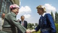 Dank an Deutschland: Der irakische Kurdenführer Massoud Barsani begrüßt Verteidigungsministerin von der Leyen in Arbil