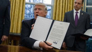 Trump unterschreibt Dekret gegen Handelsabkommen TPP