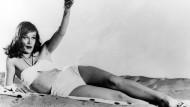 Immerhin ist der Bauchnabel bedeckt: Schauspielerin Hildegard Knef posiert im Juli 1951 in New York in einem Bikini, der selbst an einem konservativen Strand getragen werden konnte.