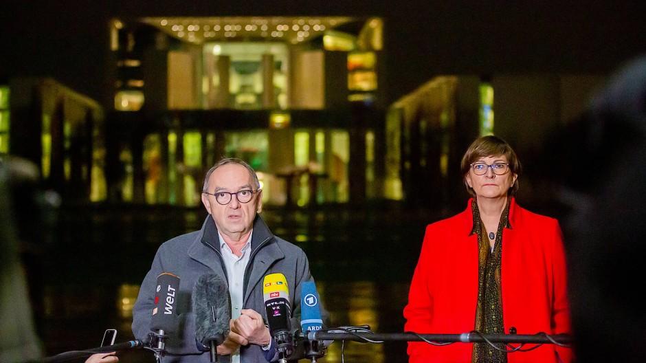 Norbert Walter-Borjans und Saskia Esken, die Bundesvorsitzenden der SPD, kurz vor Beginn des Koalitionsausschusses vor dem Bundeskanzleramt