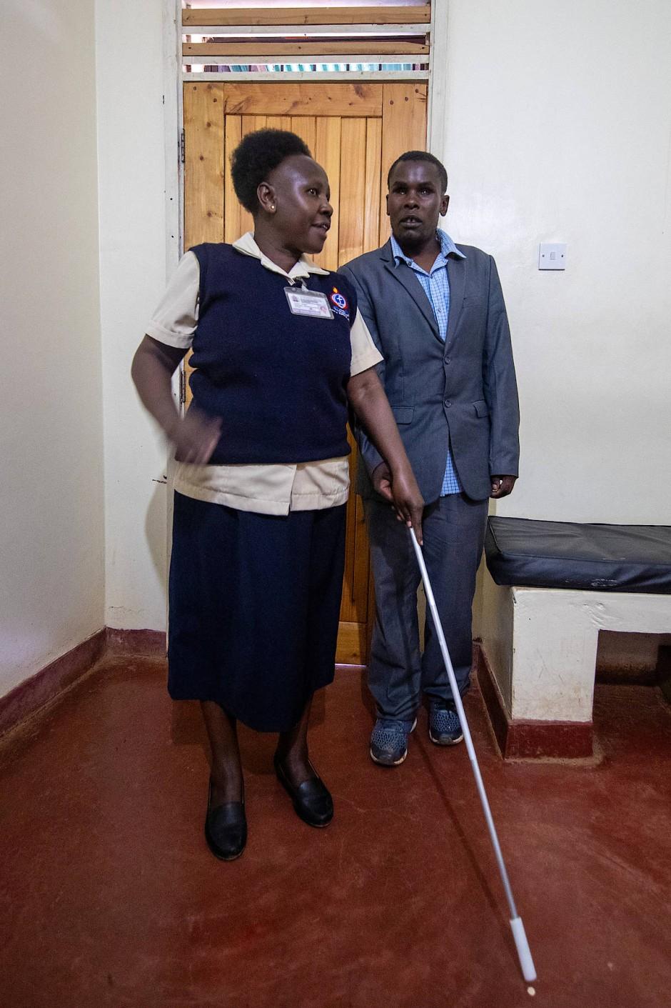 Der blinde Melshak Njeru lernt von Lucy Wairimu in der Kikuyu-Augenklinik den Umgang mit dem Taststock.