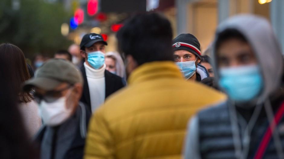 Zentraler Bestandteil: Eine Maskenpflicht in Fußgängerzonen, wie auf der Frankfurter Zeil, soll das Infektionsgeschehen eindämmen.