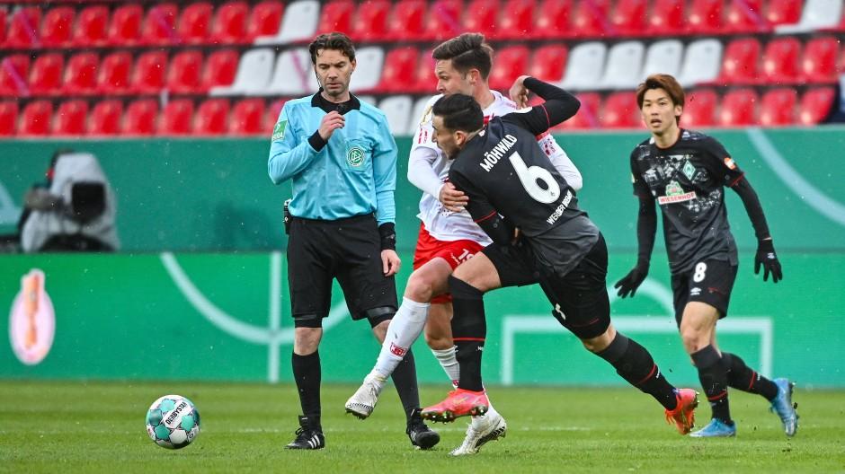 Gerechteres Pfeifen ohne Zuschauer: Zumindest beim Pokalspiel Jahn Regensburg gegen Werder Bremen nutzte der Heimvorteil tatsächlich nichts.