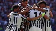 Seid umschlungen, Kollegen! Das Teambuilding der Eintracht machte dank des 1:0-Erfolgs gegen Schalke Fortschritte.
