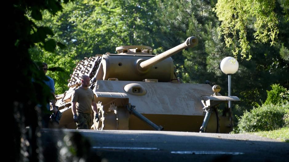 """Ein """"Panther"""" Kampfpanzer steht auf einem Villengrundstück zum Abtransport bereit. Der 84 Jahre alte Eigentümer erhielt eine Bewährungsstrafe."""