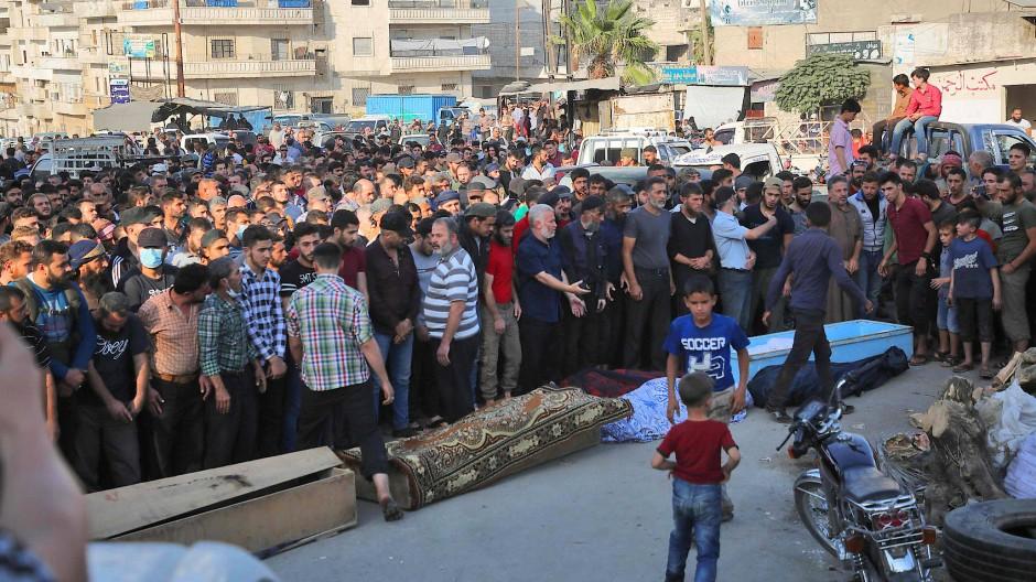 Botschaft an Ankara? Beerdigung getöteter Kämpfer der syrischen Rebellenmiliz Failaq al Scham in Idlib am 26 Oktober