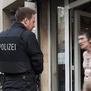 """Schwieriges Klientel: Mit einem Großaufgebot hat die Polizei am Donnerstag die Drogenszene an der Taunusstraße kontrolliert. """"Ihr wollt mich kontrollieren?"""" rief dieser Mann - und zog sich dann komplett aus."""