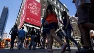 Abstimmung mit den Füßen: Kunden vor einem Kaufhaus von Macy's
