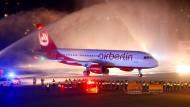 Der letzte Flug der Air Berlin wird in Tegel am Abend des 27. Oktober 2017 mit Wasserfontänen empfangen.