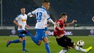 Kampf bis in die letzte Minute: Hannovers Marvin Bakalorz (rechts) vor Jan Gyamerah aus Bochum am Ball