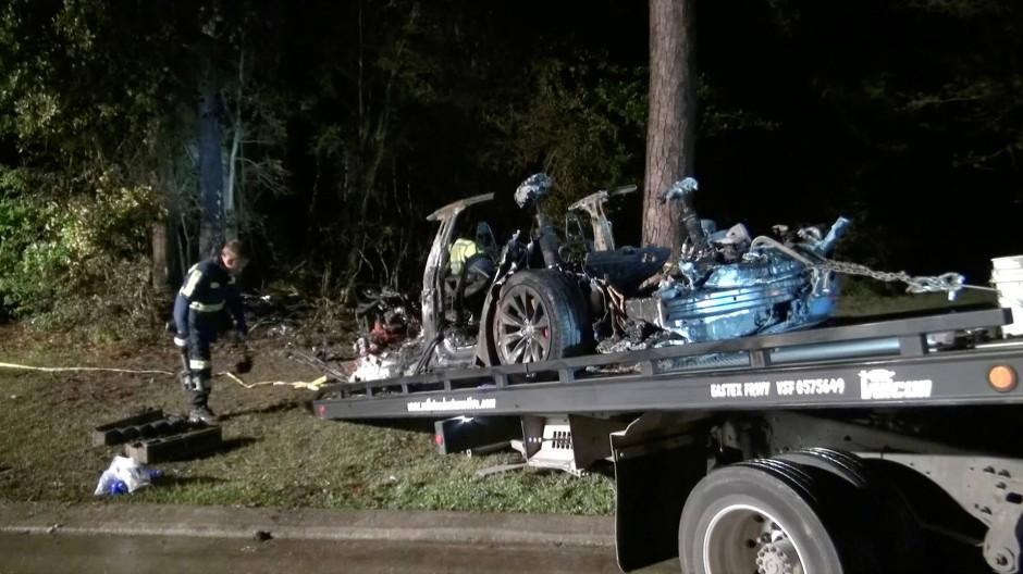 Die Überreste des verunglückten Wagens werden auf ein Abschleppfahrzeug geladen.