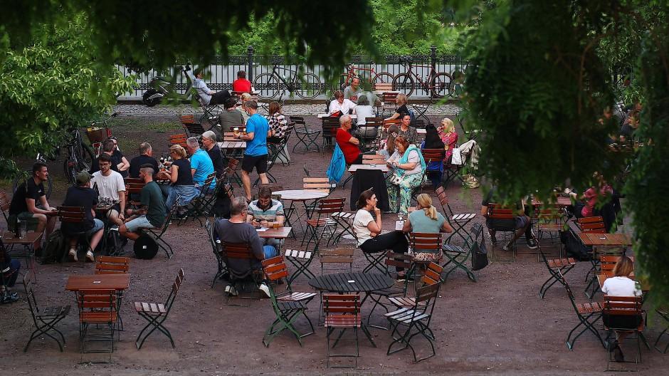 Geht das im nächsten Jahr ohne eine nochmalige Impfung? Besucher in einem Biergarten in der Altstadt von Magdeburg.