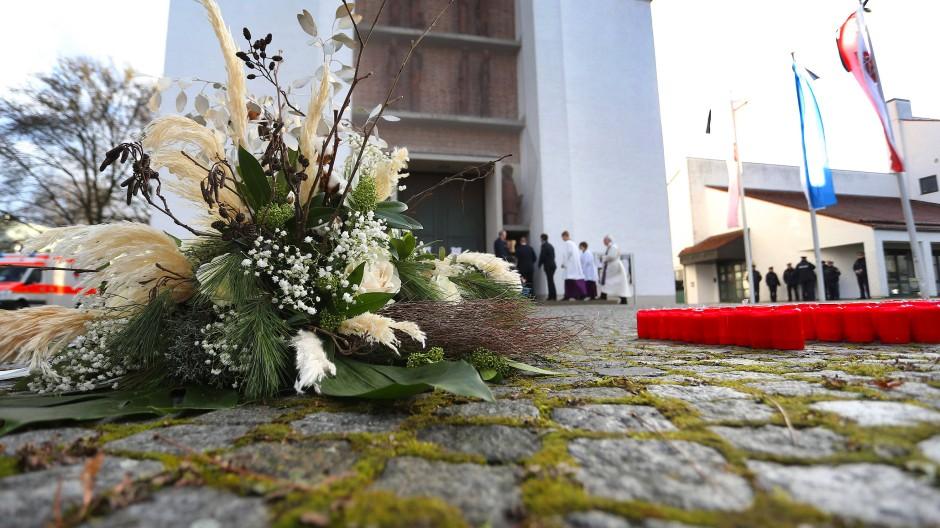 Ein Blumengebinde liegt bei der Trauerfeier für einen getöteten Feuerwehrmann vor der Pfarrkirche St. Ägidius.