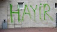 """Gegen das türkische Referendum: """"Hayir"""", das türkische Wort für """"nein"""", wurde auf die Wand des Hamburger Plaza Event Centers gesprayt."""
