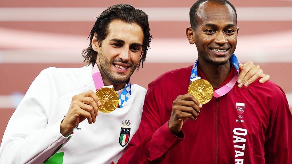 Die Olympiasieger im Hochsprung Gianmarco Tamberi aus Italien (links) und Mutaz Essa Barshim aus Qatar