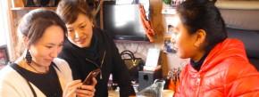 Dekyi Droma (links im Bild) zeigt Freundinnen den Schmuck in ihrem Laden.