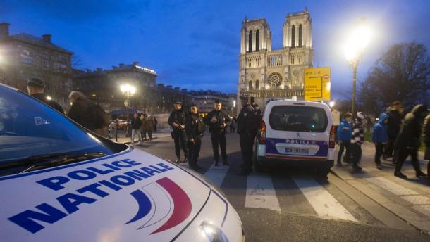 Muslime schützen Weihnachtsgottesdienste in Frankreich
