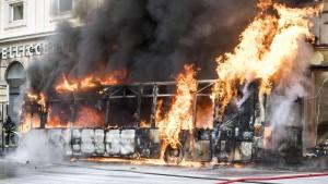 Bus geht nahe Trevi-Brunnen in Rom in Flammen auf