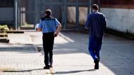 Jugendhaftanstalt Tegel: Ein Gefangener in Begleitung eines Justizangestellten.