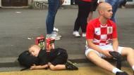 Erst Schlaf, dann Stars: Zwei Brüder warten in Zagreb auf die kroatische Nationalmannschaft.
