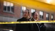 Mitglieder der jüdischen Gemeinde versammeln sich um den koscheren Laden in Jersey City, in dem zuvor mehrere Menschen erschossen wurden.