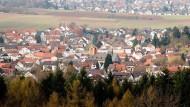 Die Kirche im Dorf: Der Freigerichter Ortsteil Neuses mit seinen rund 2500 Einwohner soll von dem neuen Programm des Kreises profitieren.