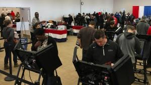 Rekordzahl von Frühwählern kämpft sich durch Stimmabgabe