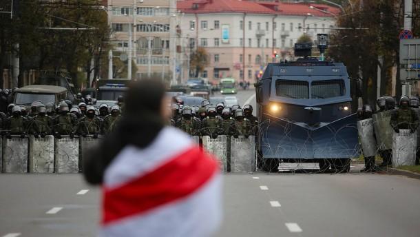 Mit Blendgranaten gegen 100.000 Demonstranten