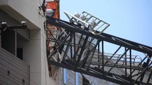 Kran stürzt bei Sturm auf ein Wohngebäude