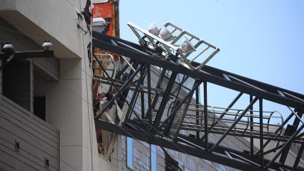 Baukran zerteilt Wohnhaus