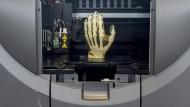 Ein mit einem 3D-Drucker hergestelltes Modell einer menschlichen Hand bei Alphacam in Schorndorf