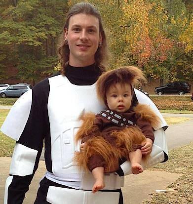 Der Auftritt dieses jungen Vaters an Halloween ist durchaus originell. Aber muss man sein Baby auch im Alltag an sein eigenes Äußeres angleichen? Die beiden sollen übrigens einen Stormtrooper und einen Wookiee aus dem Star Wars-Universum darstellen.
