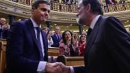 Machtübergabe in Madrid: Sanchez (l.) folgt auf Ministerpräsident Rajoy