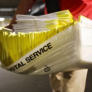 Eine Wahlhelferin mit Briefwahlbögen zu den Vorwahlen in Connecticut, die per Post versandt wurden.