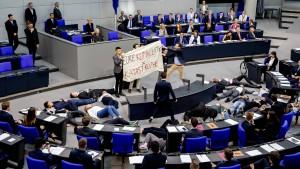 Klima-Aktivisten stellen sich im Bundestag tot