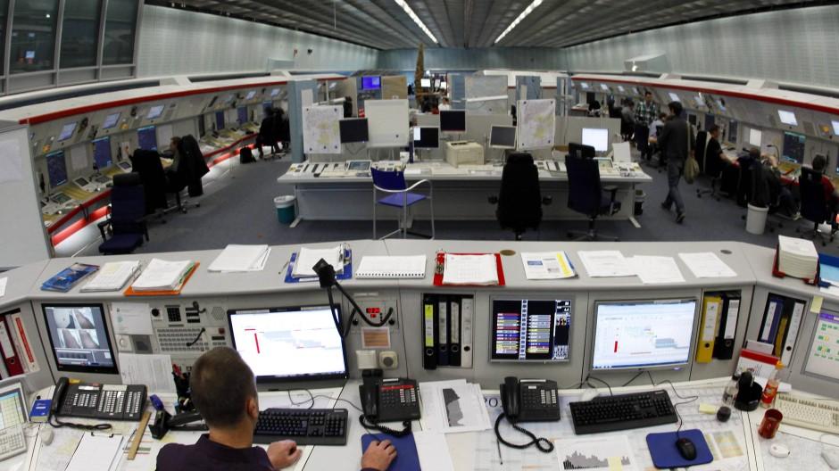 Blick in das Kontrollzentrum der Deutschen Flugsicherung: Rund 270 Lotsenstellen sollen aufgrund der Sparmaßnahmen wegfallen (Archivbild).