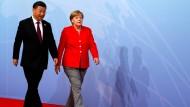 Auch das Geld lockt nach Peking: Merkel setzt auf gute Beziehungen zu Xi Jinping.