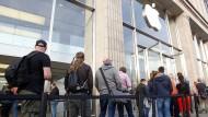 Und wer bekommt die Steuern? Die Schlange zum Verkaufsstart des iPhone 7 in Hamburg.