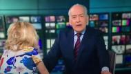 Kleines Mädchen stiehlt Moderator die Show