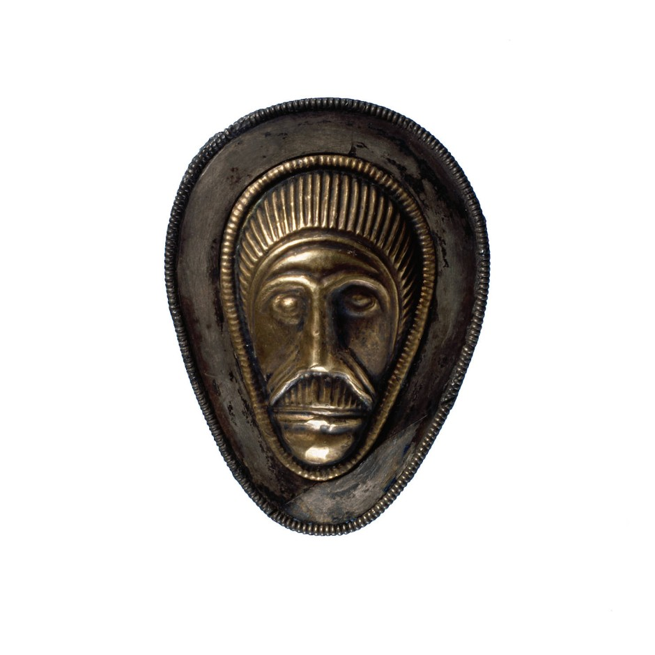Im Moor von Vimose auf der Insel Fünen kam dieser Beschlag mit stilisiertem Kopf aus dem 3. Jahrhundert nach Christus ans Licht.