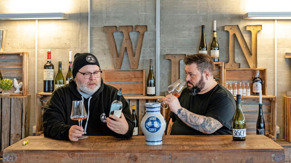 Im World Wide Web mit der Firma World Wine Web: Karl Gladeck (l.) und Marco Zanetti stellen Weine vor.