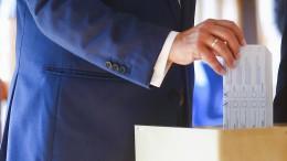 Laschet gibt Stimmzettel falsch gefaltet ab