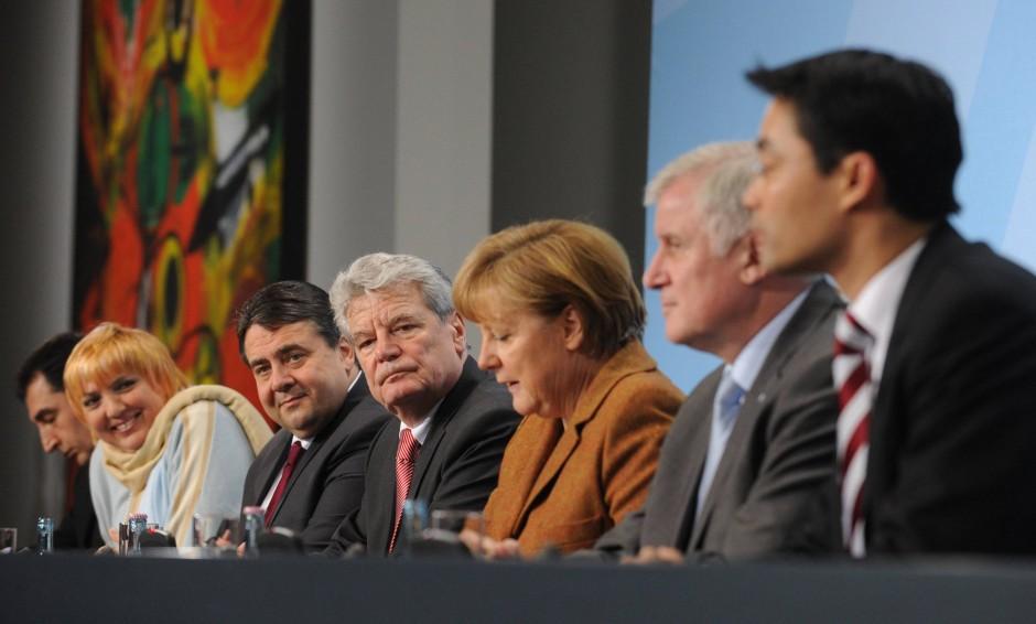 Zunächst war das Regierungsbündnis in Gefahr, dann saßen alle mit Joachim Gauck auf einer Bühne.