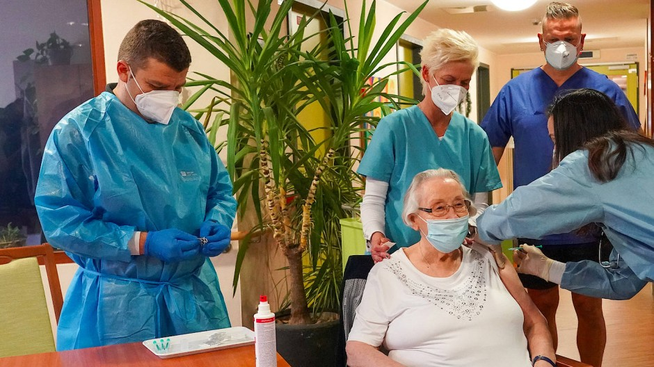 Die Pflegeheimbewohnerin Brigitte Friedrich (87) erhält von einem mobilen Impfteam im Pflegeheim Martha-Haus in Dessau-Roßlau eine Corona-Impfung.